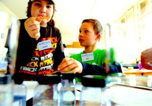 Kinder untersuchen Flüssigkeiten