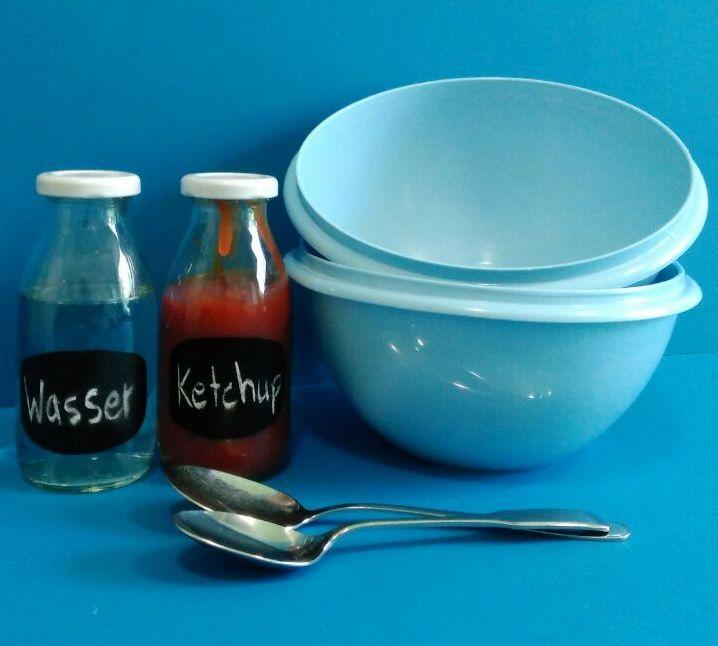 Ketchup, Wasser, zwei Schüsseln und Löffel