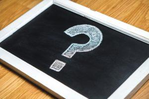 Fragezeichen auf Tafel